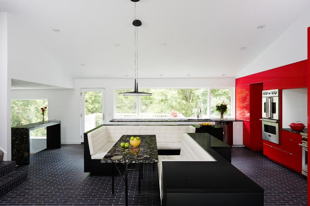 Чёрный мраморный стол в интерьере кухни