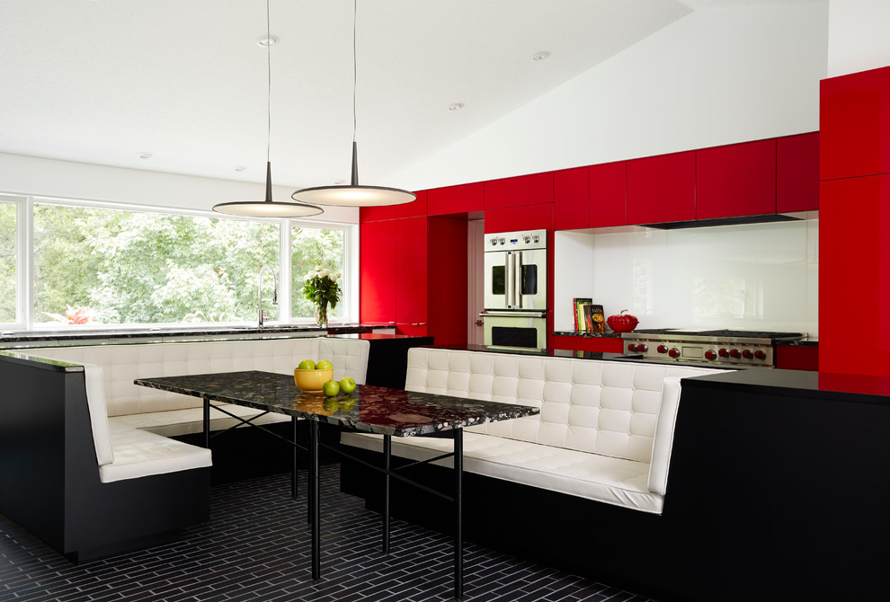 Уютная кухня с банкеткой в ярких цветах