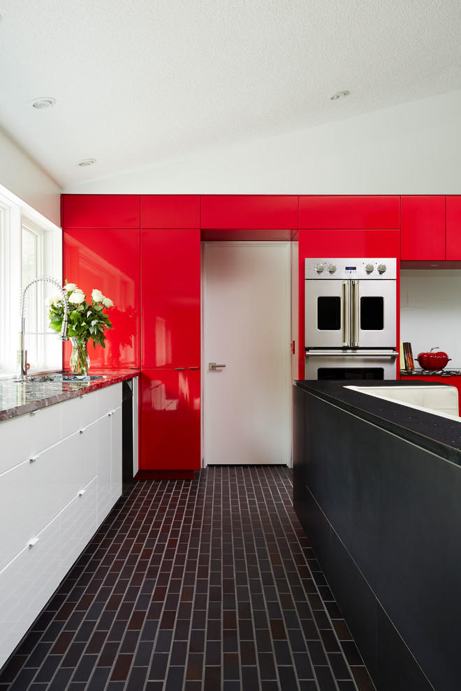 Тёмная половая плитка в интерьере кухни