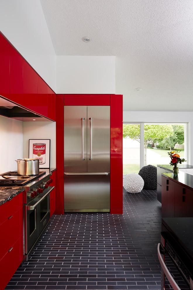 Стеклянные двери в интерьере кухни