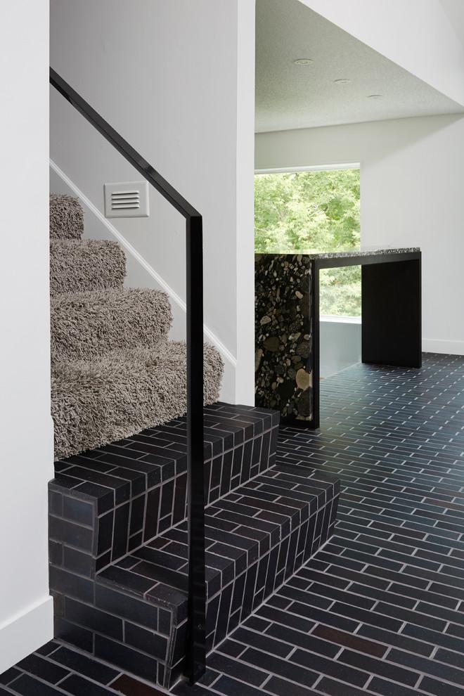 Мохнатый коврик на ступеньках в интерьере кухни