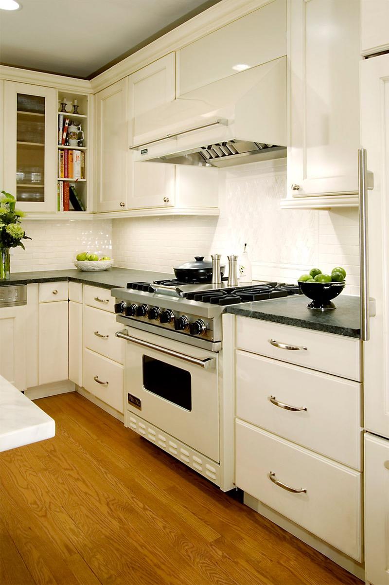 Современная кухня с белой техникой