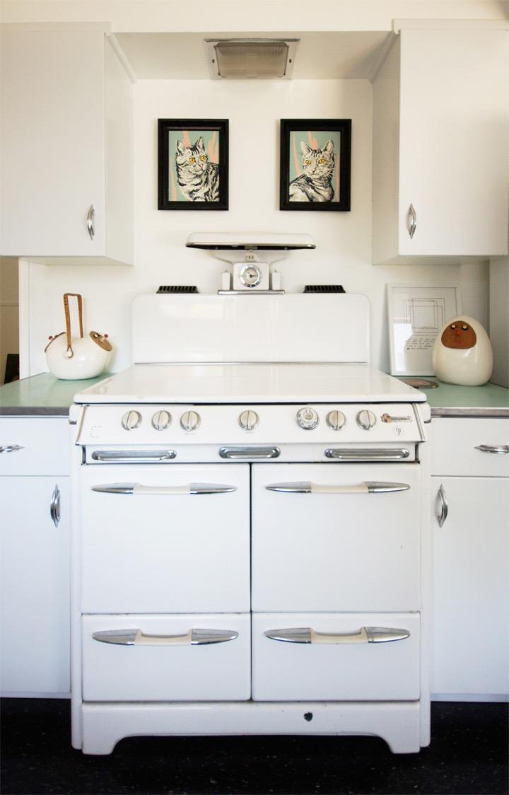 Белая плита на кухне