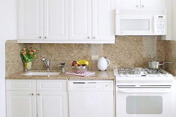 Белая техника на бежевой кухне