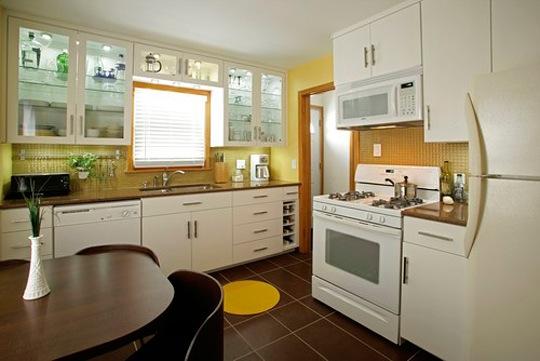 Белая кухня с оранжевыми стенами