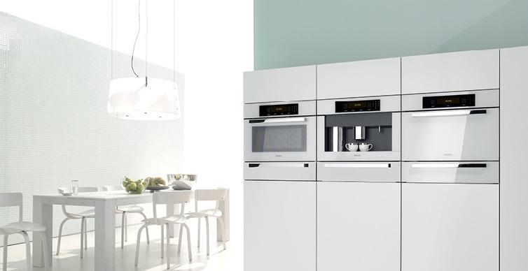 Кухня с белой техникой и мебелью