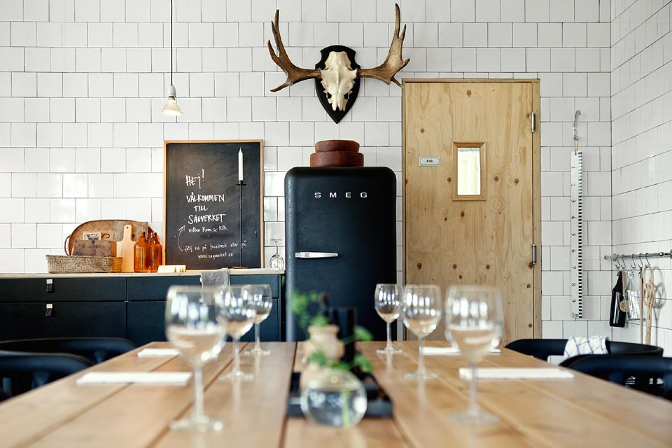 Черный холодильник ретро - скандинавский дизайн кухни