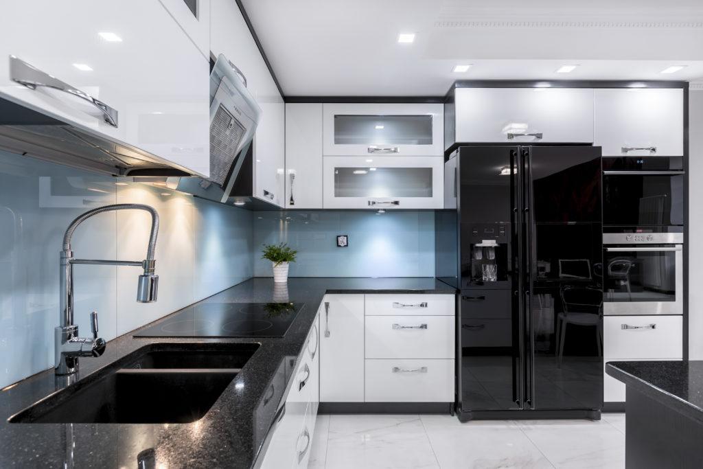 Современный дизайн кухни в черно белом цвете