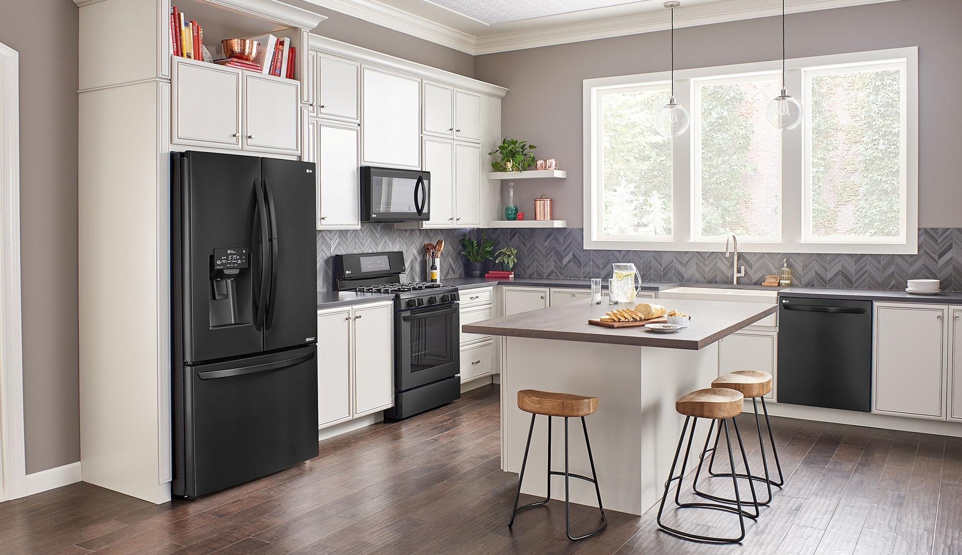 Черный холодильник из нержавеющей стали