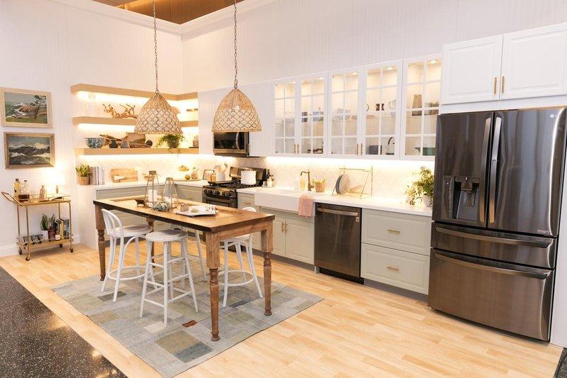 Кухня в стиле модерн с двустворчатым холодильником