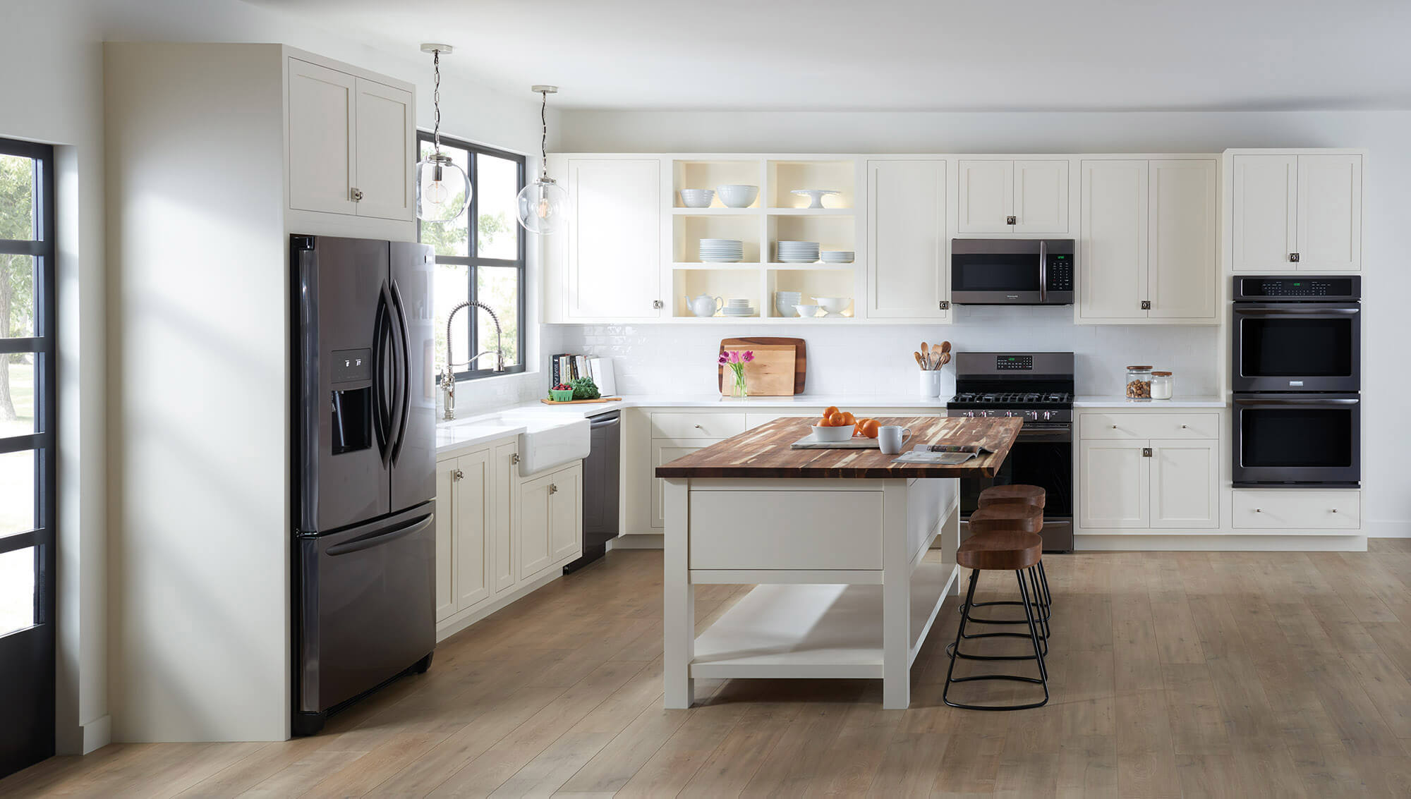 Белая кухня в стиле неоклассика с черным холодильником