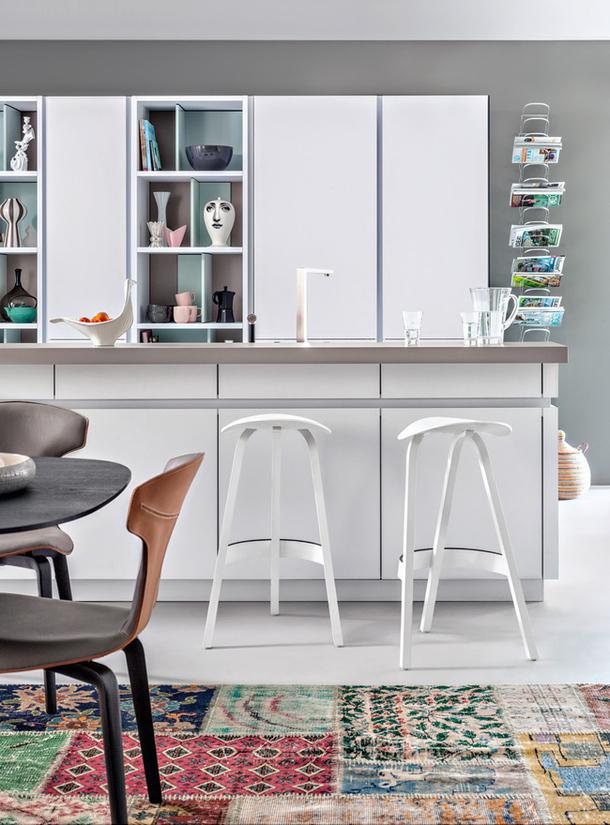 Минималистский дизайн интерьера белой кухни Avance от Leicht