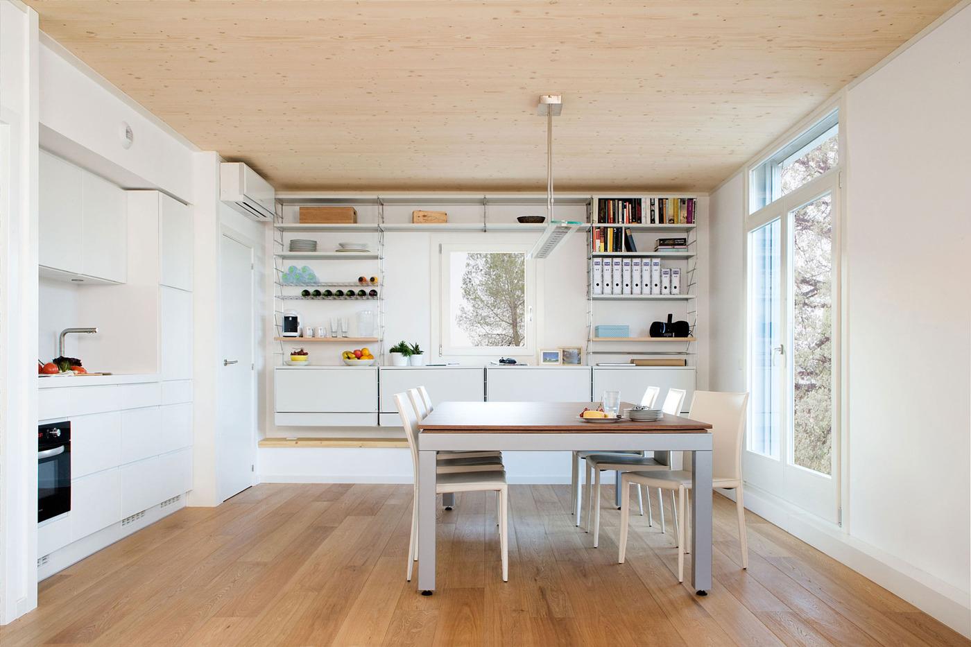 Кухня с необычным обеденным столом в закрытом виде