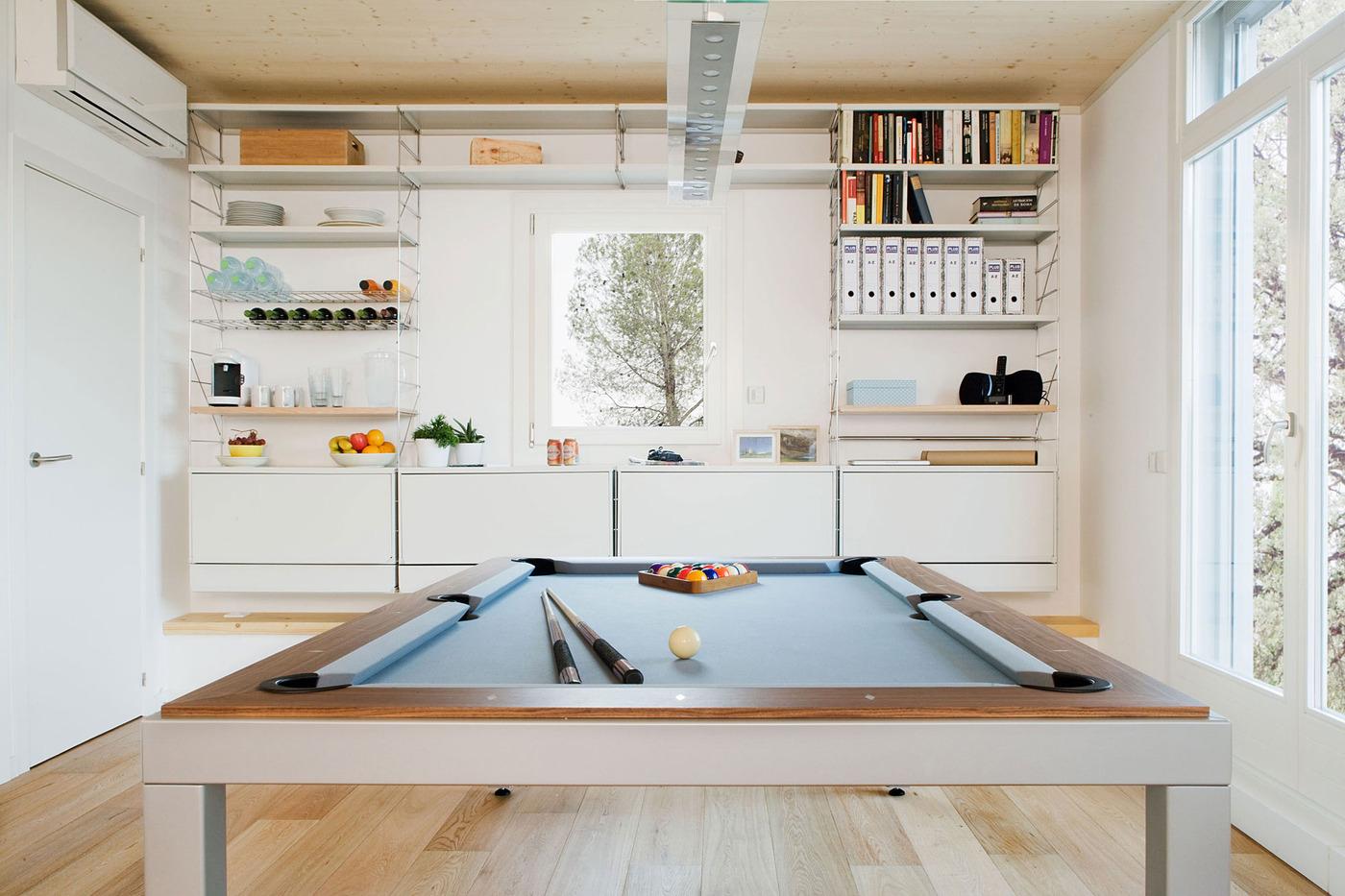 Кухня с необычным обеденным столом