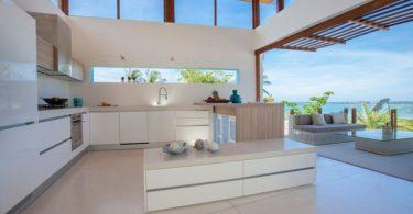 Кухня с низкими окнами смотрится необычно