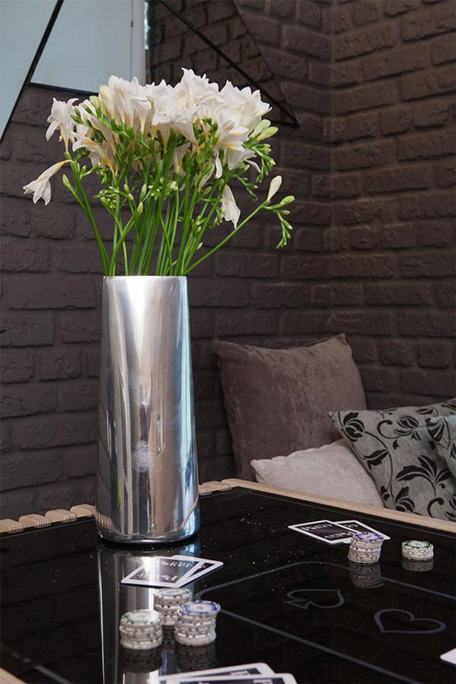 Букет живых полевых цветов на стеклянном столике