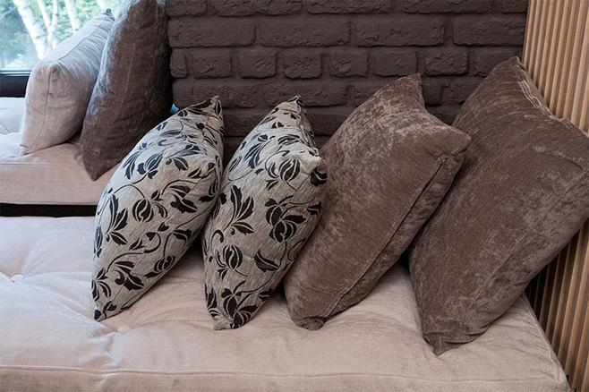Декоративные подушки в коричневых оттенках