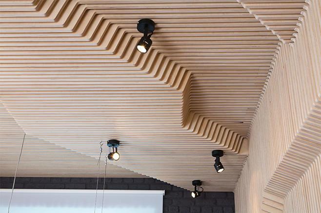 Деревянный рельефный потолок с вмонтированными светильниками