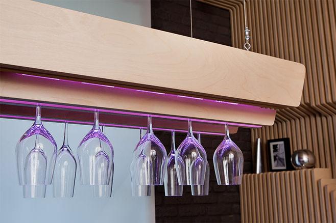 Оригинальный подвесной держатель для бокалов с подсветкой