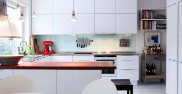 Стильная кухня в белых тонах в Швеции