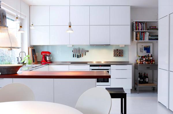 Небольшая кухня в белых тонах в современном стиле