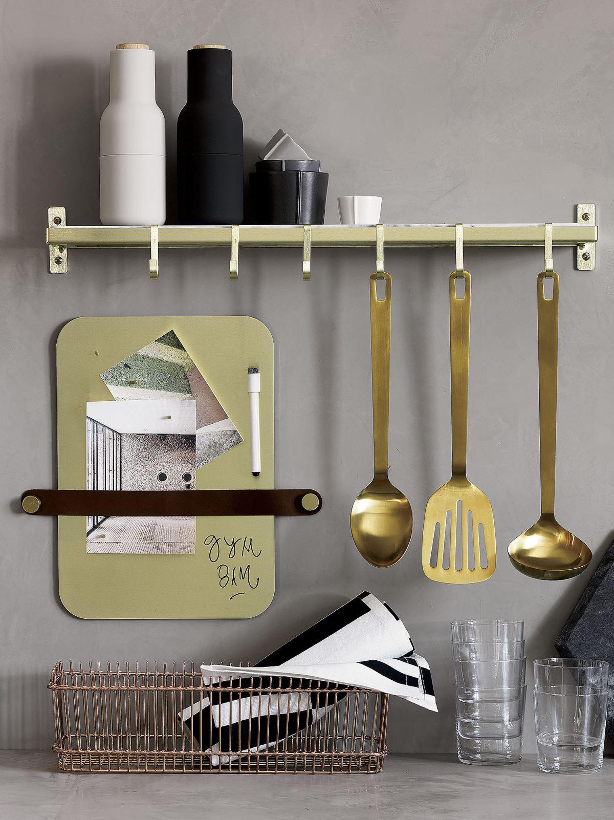 Кухня в сером цвете: полка для кухонных принадлежностей