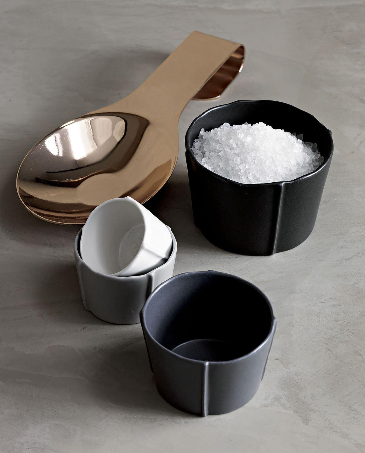 Кухня в сером цвете: набор чашек разного размера