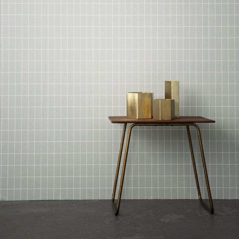Кухня в сером цвете: столик с вазами возле стены