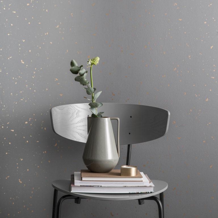 Кухня в сером цвете: ваза и книги на стуле