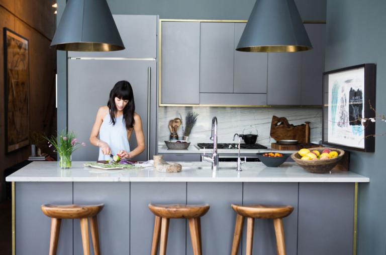 Кухня в сером цвете: процесс приготовления обеда