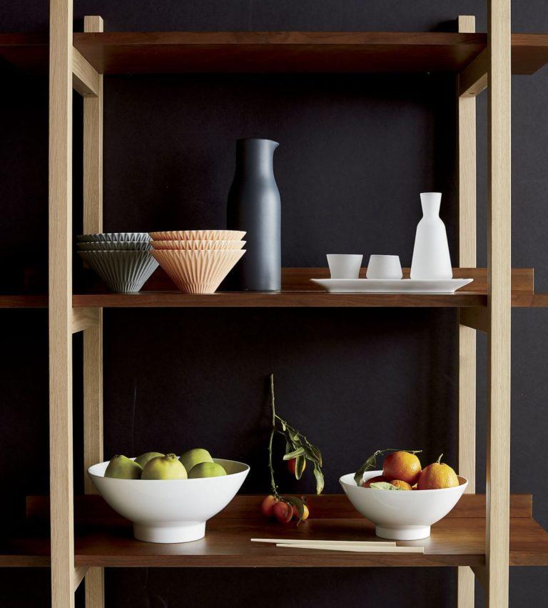 Кухня в сером цвете: вазы с фруктами на полке