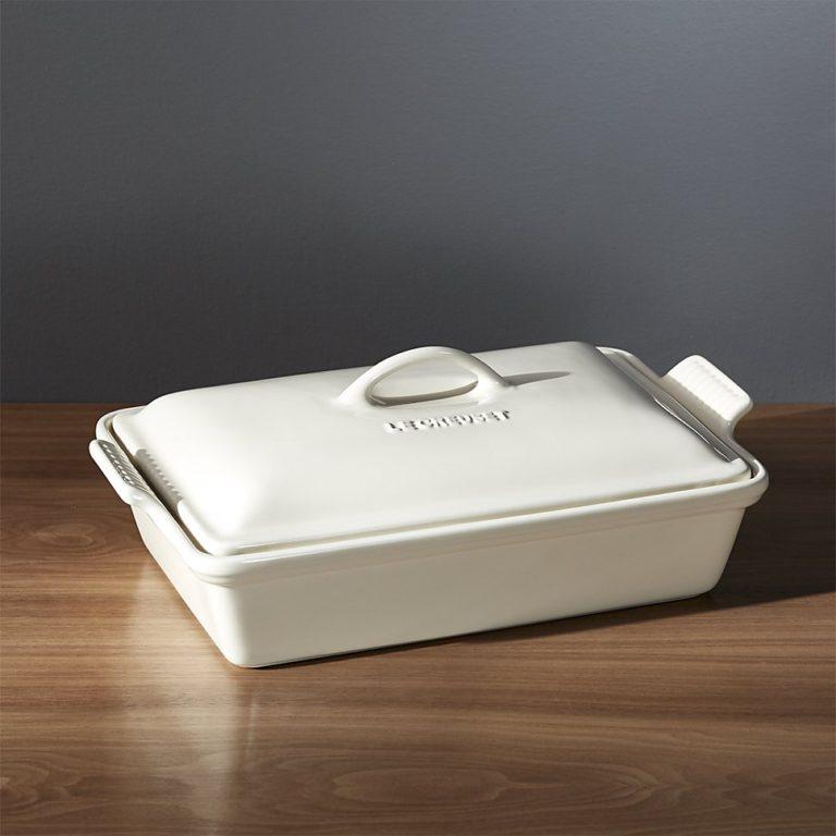 Кухня в сером цвете: белая форма для выпечки