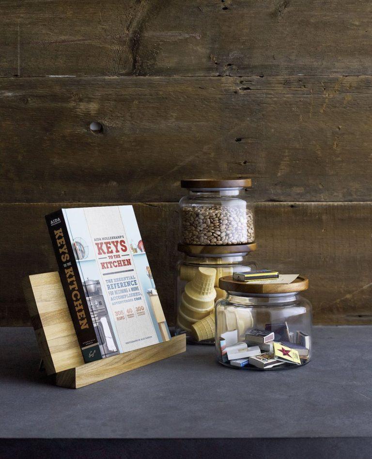Кухня в сером цвете: мелочи в стеклянных банках