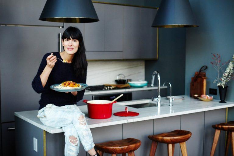 Кухня в сером цвете: красная кастрюля на столе