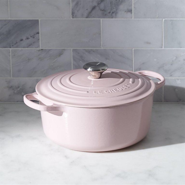 Кухня в сером цвете: розовая кастрюля с крышкой