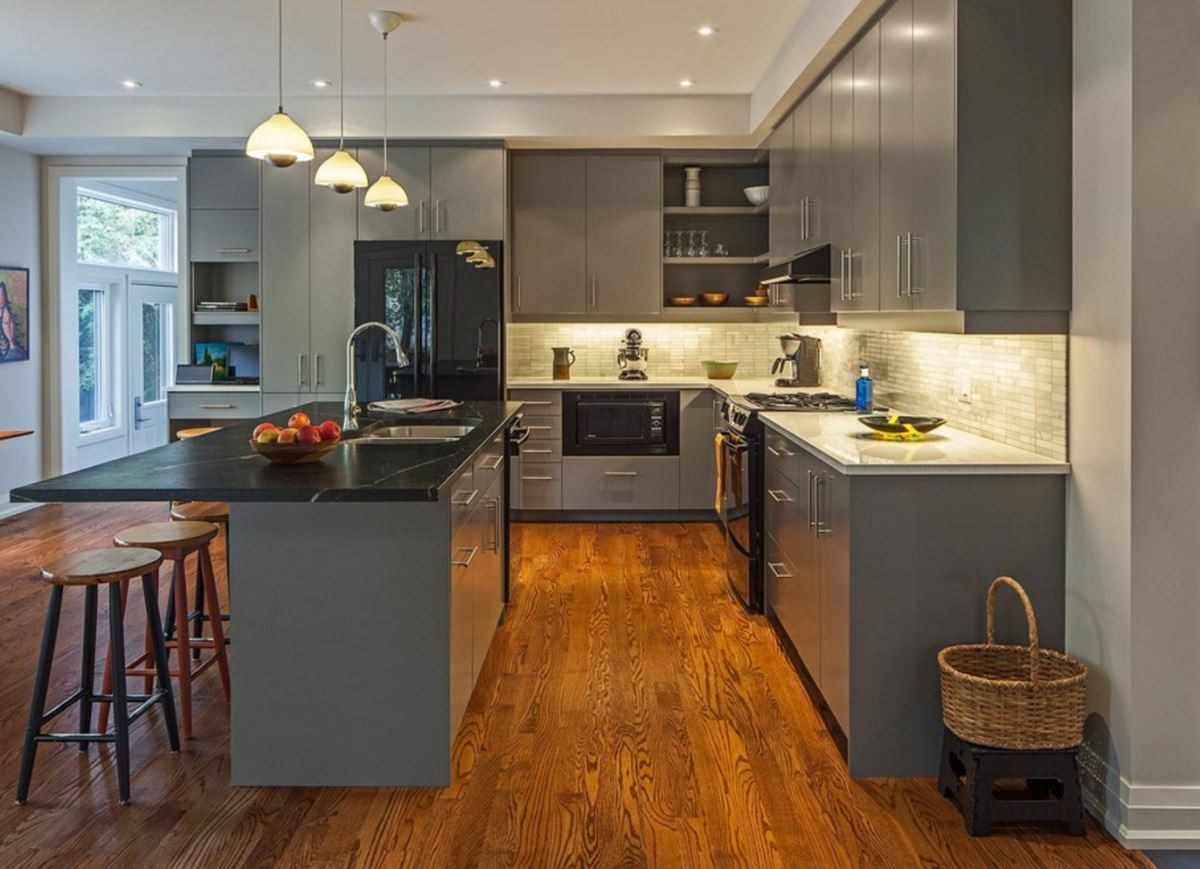 Кухня в сером цвете: мебель из дерева