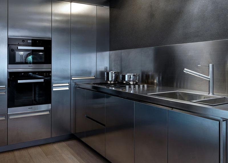Кухня в современном стиле из нержавеющей стали