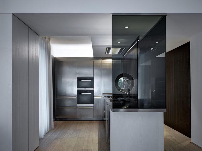 Кухня в современном стиле: тонированная стеклянная шторка