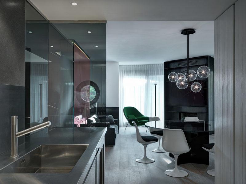 Кухня в современном стиле: стильная люстра над столом