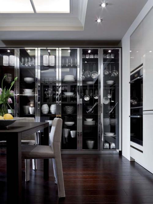 Кухня в стиле эклектика: застеклённый стеллаж с посудой