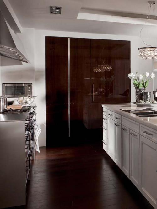 Кухня в стиле эклектика: деревянный лакированный фасад шкафа