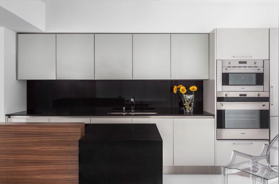 Чёрно-белая кухня в стиле хай-тек