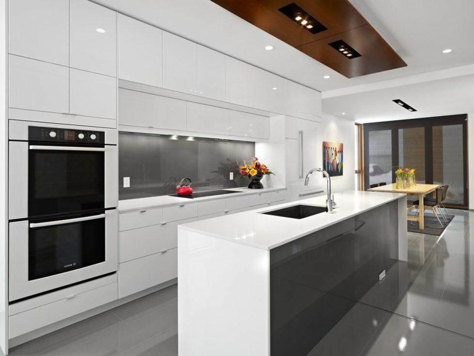 Кухня в стиле хай-тек с глянцевым полом