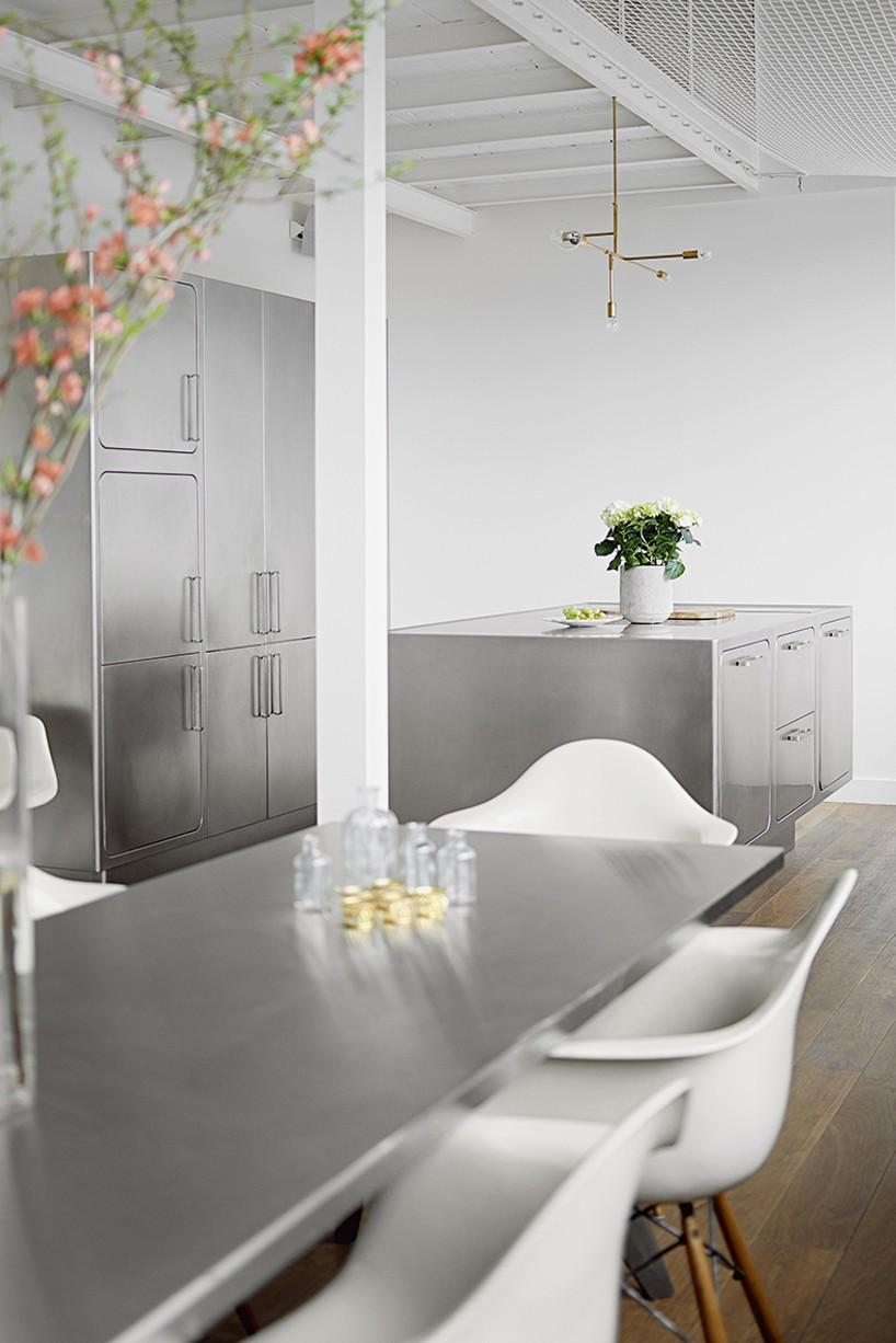 Необычная кухня в стиле скандинавского лофта: белые стулья