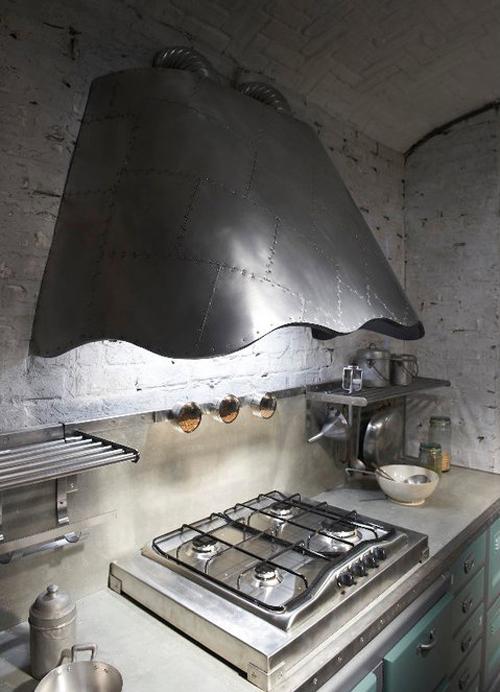 Кухня в винтажном стиле: металлическая вытяжка над плитой