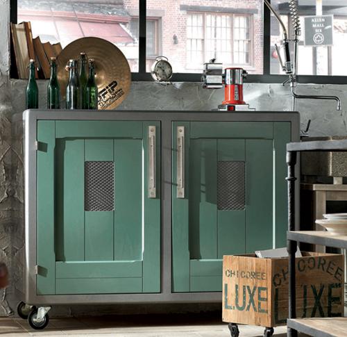 Кухня в винтажном стиле: бирюзовая тележка на колёсиках