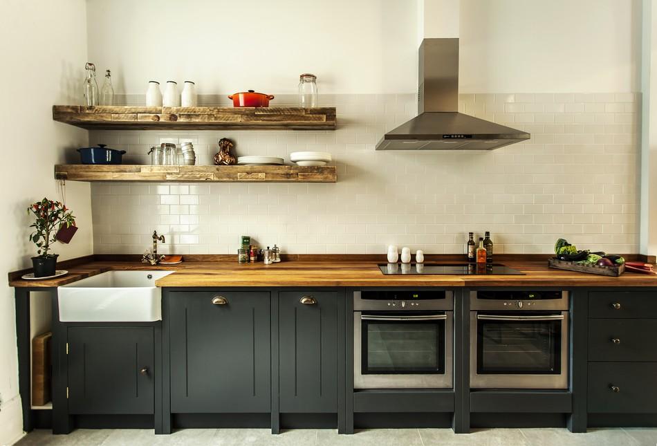 Кухонная мебель в чёрном цвете в интерьере