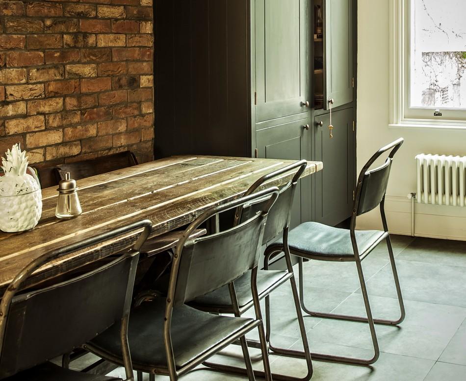 Металлические стулья с кожаной отделкой в интерьере кухни