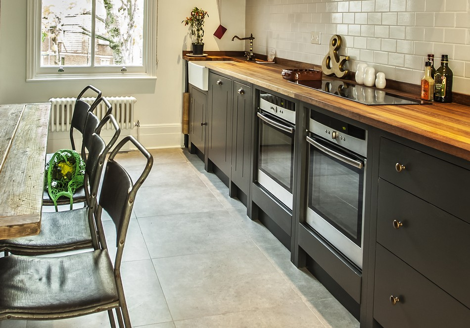 Светлая плитка на полу в интерьере кухни