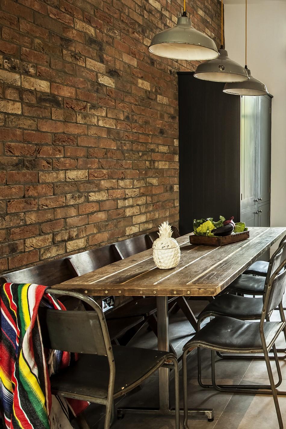 Стол из натурального дерева в интерьере кухни